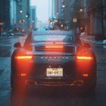 Motor czy samochód – co jest szybsze?